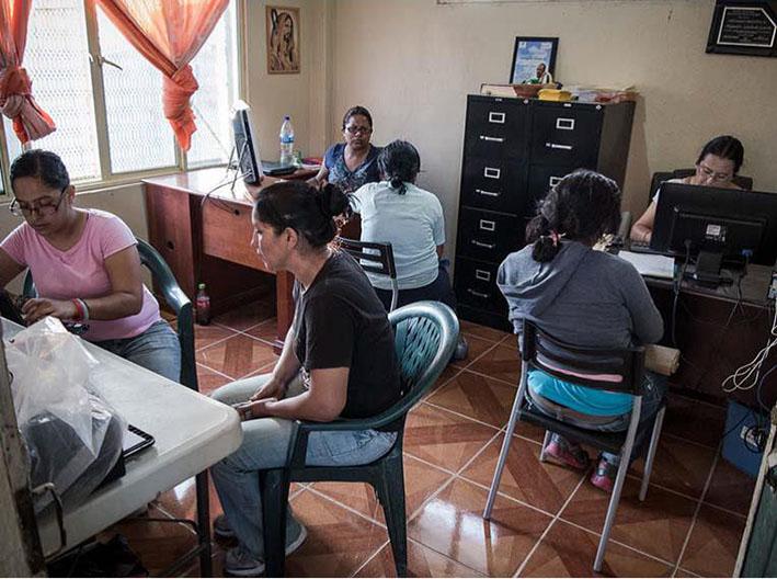 """Diversas mujeres se registran a su llegada en la base de datos del centro """"Hermanos en el camino""""/ Scouts Extremadura"""