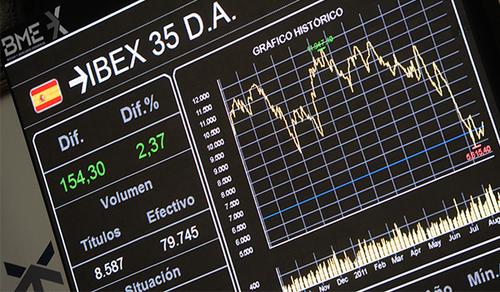 Panel indicador de las empresas de IBEX 35 en la bolsa de Madrid. Fotografía: Fernando Sánchez.