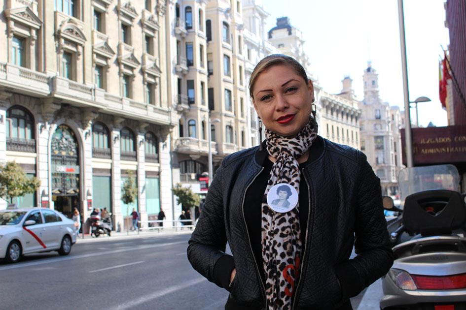 Andrea Torres Bautista, activista y abogada colombiana, en la Gran Vía de Madrid. Fotografía: Silvia Arjona.
