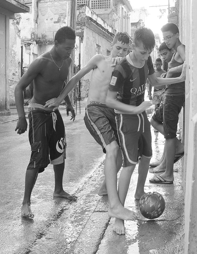 """El fútbol es el deporte que mayor auge experimenta en Cuba, aunque el béisbol sigue siendo el """"deporte rey"""". Fotografía: Eduardo Camino."""