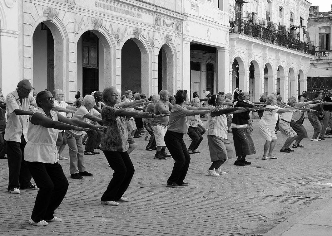 Es muy común ver en las calles de Cuba a personas mayores realizando ejercicio al aire libre y actividades como el taichi, asistidas por profesionales deportivos. Fotografía: Eduardo Camino.