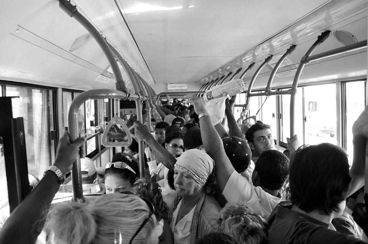 A pesar de sus logros sociales, y de haber superado los peores momentos del Período Especial, las carencias materiales (como en el transporte) siguen siendo importantes. Fotografía: Eduardo Camino.
