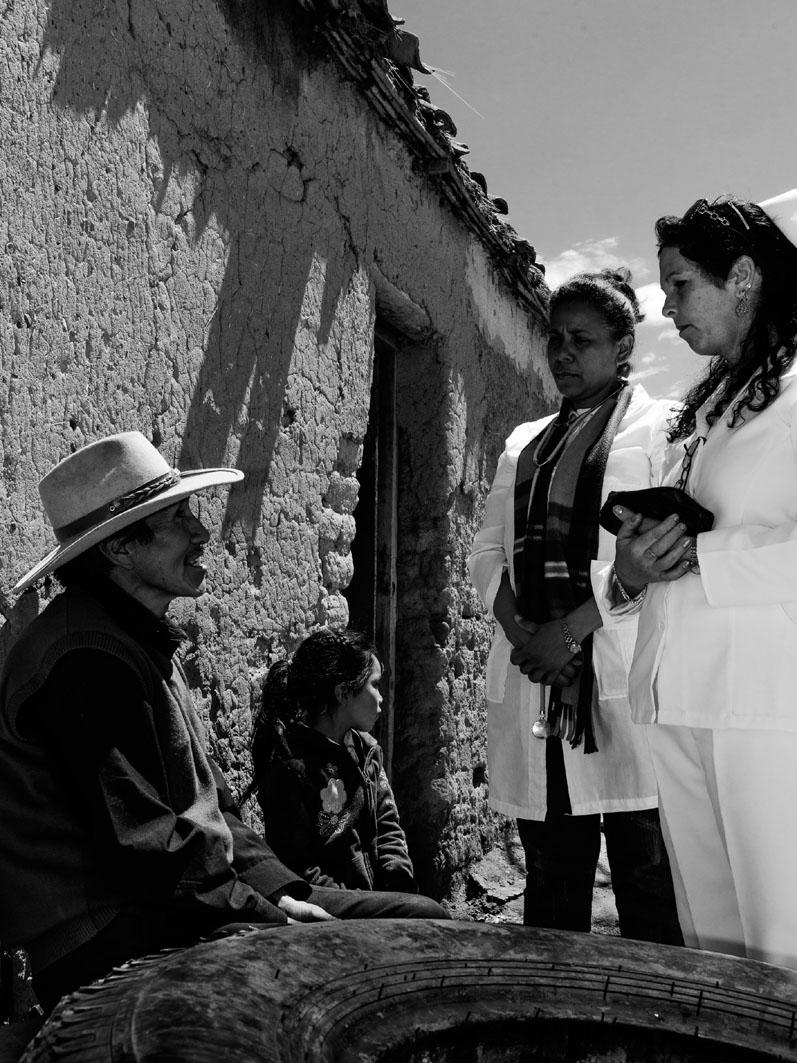"""Médica cubana en Bolivia. Cuba tiene 50.000 cooperantes (la mitad personal sanitario) en 66 países del llamado """"Tercer Mundo"""". Fotografía: Carlos Fiallos."""
