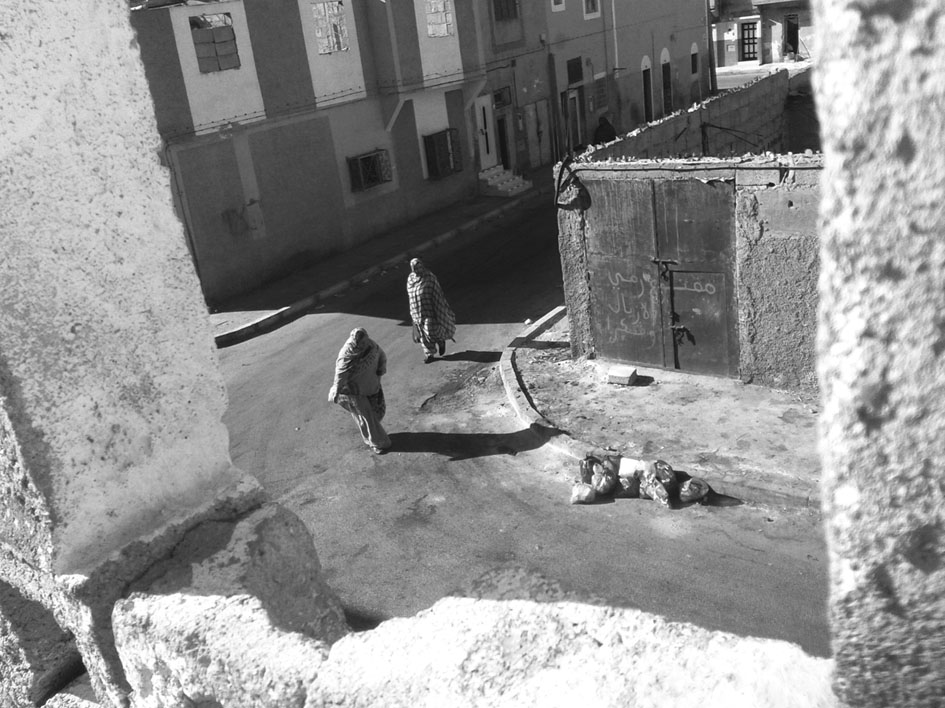 Mujeres cruzando la calle en un barrio de mayoría saharaui en El Aaiún ocupado. Fotografía: Santi Gimeno.