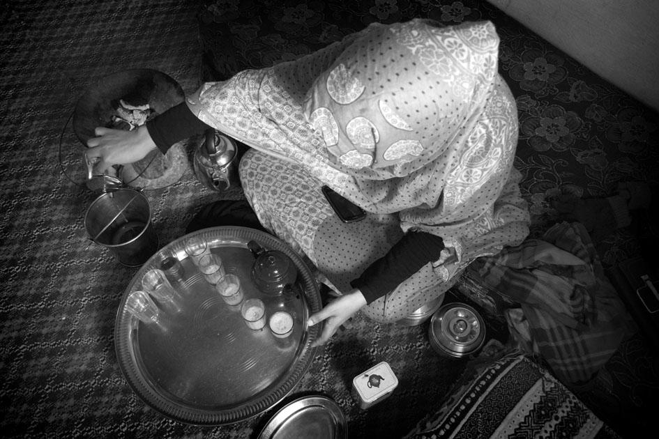 Joven haciendo el té en el campamento de población refugiada de Bojador (Argelia). Fotografía: Santi Gimeno.