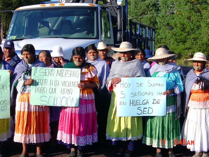 Mujeres nazahuas durante una acción de protesta luchando por el agua. Fotografía de Anahí C. Gómez.