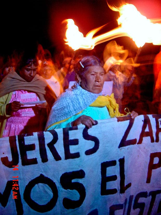 Una mujer nazahua liderando una protesta. Fotografía de Anahí C. Gómez.