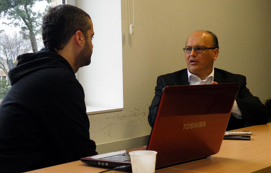 Luis Espinosa Salas durante la entrevista en Bilbao. Fotografía de Lur Errekondo.
