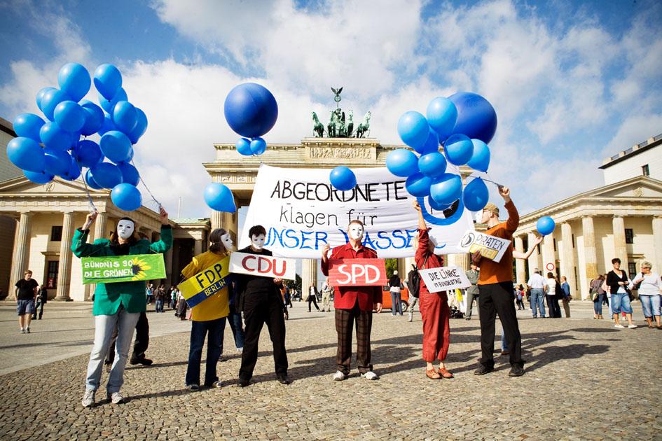 Manifestantes por el agua de Berlín en la Puerta de Brandenburgo durante la campaña del referéndum. Fotografía: Fiona Krakenbürger / Berliner Wassertisch.