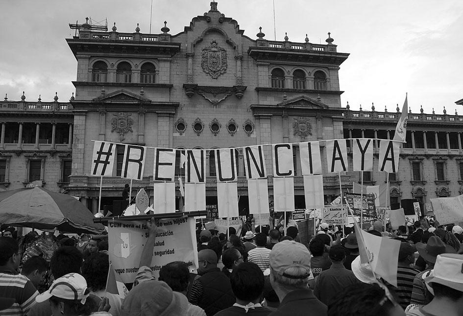 Manifestación el 16 de junio de 2015 en la Plaza de la Constitución, Ciudad de Guatemala. Fotografía: Delmi Arriaza.