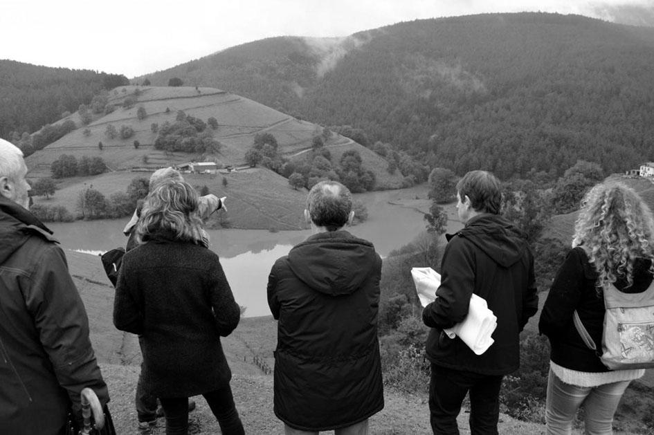Visita de representantes del Europarlamento al embalse de Oiola en noviembre de 2013. Fotografía de Ekologistak Martxan.