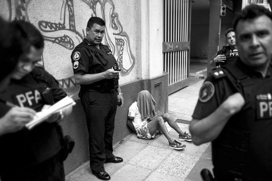 Macri decretó la Emergencia de Seguridad y permite a las fuerzas de seguridad demorar a la ciudadanía para averiguar antecedentes. Fotografía: M.A.F.I.A.