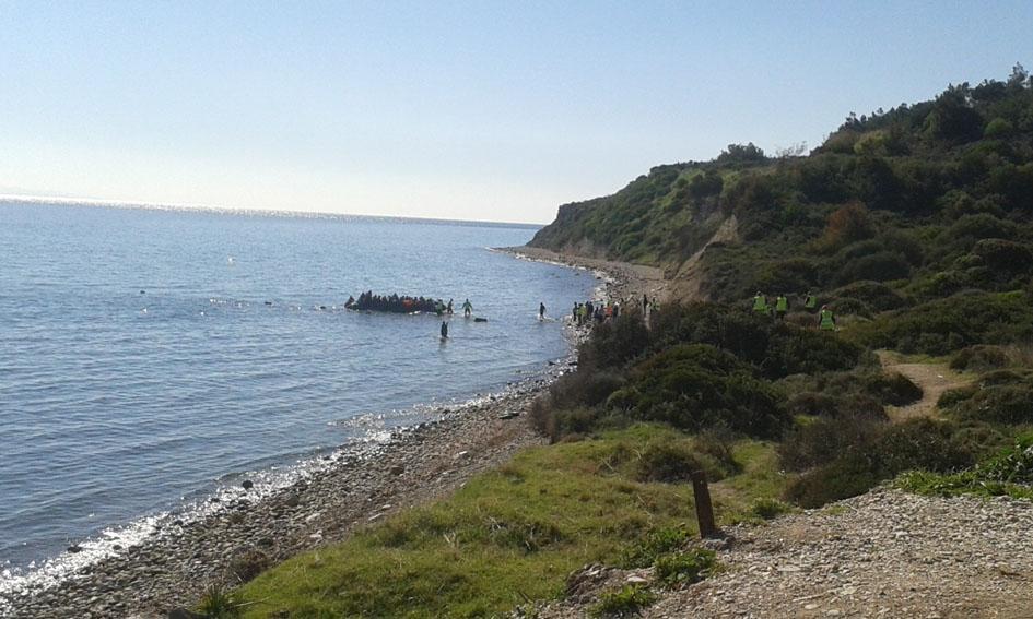 Llegada de un bote de personas refugiadas desde Turquía a la playa próxima al mirador de Katia (sur de Lesbos). Fotografía de Germán García Marroquín.