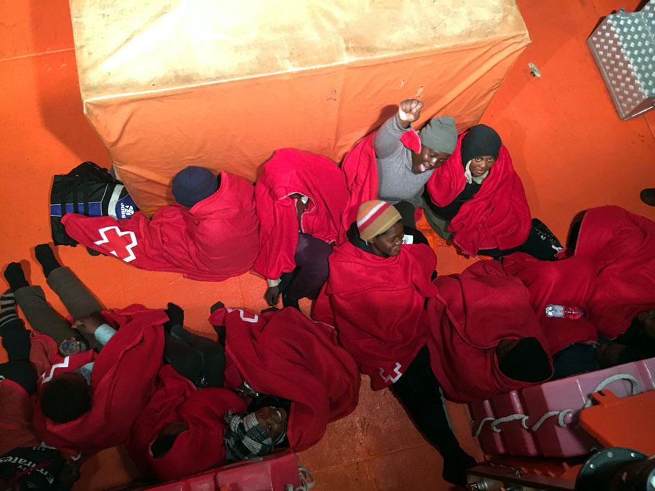 Mujeres recién rescatadas por Salvamento Marítimo. Fotografía de Miguel Parcha.