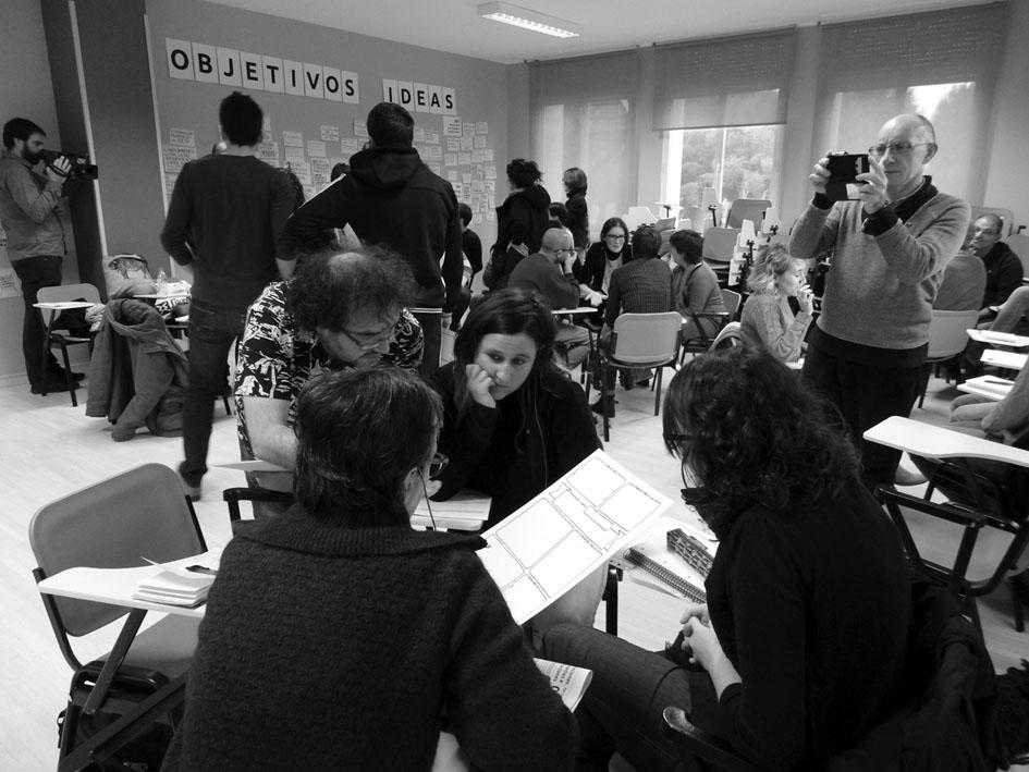 Dinámica de trabajo colectivo durante una de las sesiones de #Comun_Ess. Fotografía de Blanca Crespo y Daniel Resón.