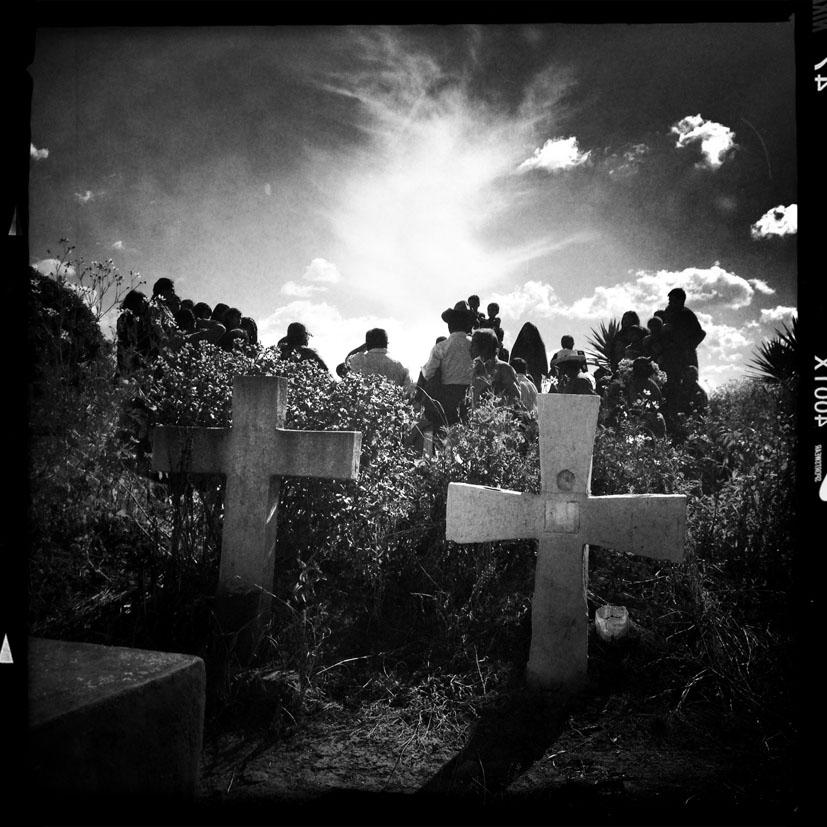 Comunitarios maya kakchiquel de San Juan Comalapa entierran a 10 víctimas del conflicto armado.