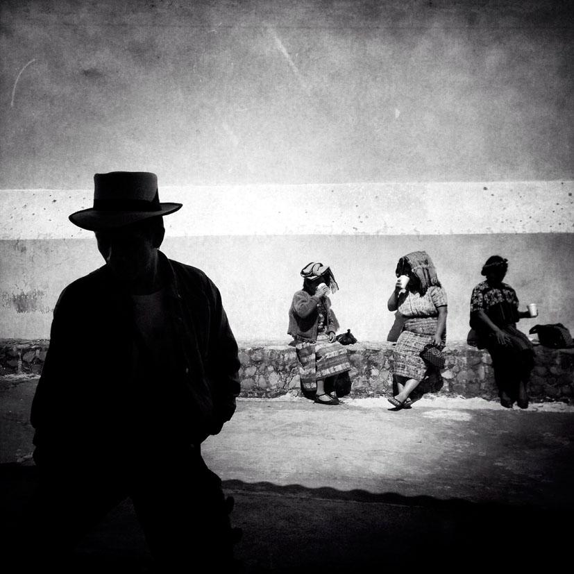 Gente maya ixil en búsqueda de los restos de familiares desaparecidos durante el conflicto armado interno espera su turno para proveer una muestra de ADN en la ciudad de Nebaj.