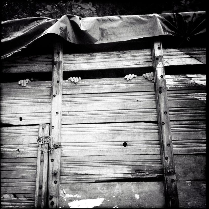 Residentes de Covadonga y Estrella Polar regresan a sus comunidades después de recibir las osamentas de 77 comunitarios masacrados por el ejército el 29 de marzo de 1982.