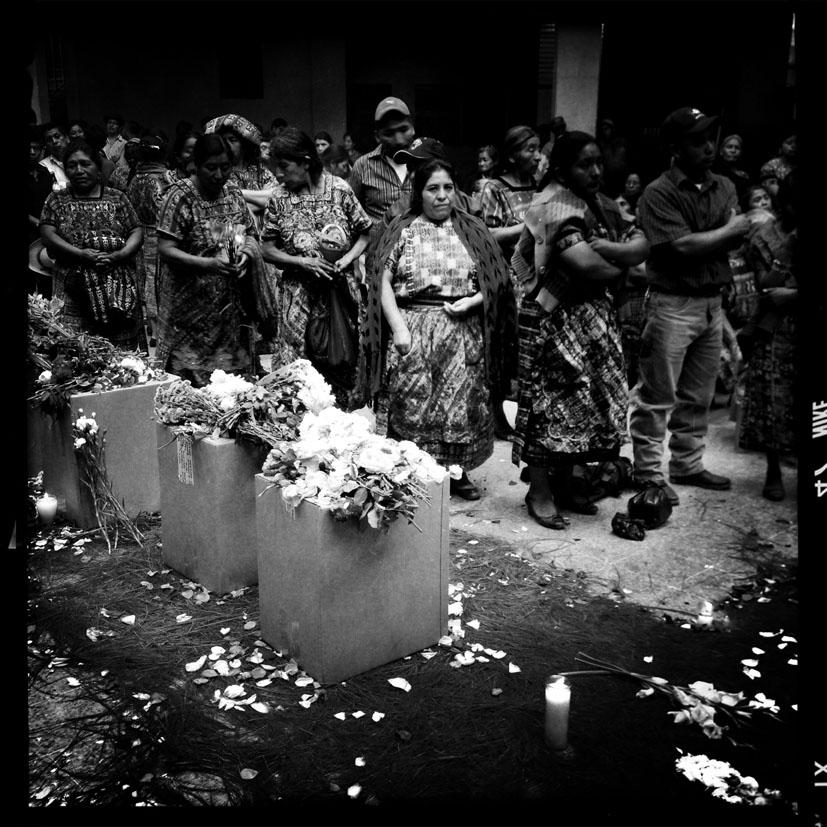 Comunitarios Maya Kakchiquel de San Juan Comalapa escuchan instrucciones de antropólogos forenses durante la entrega de los restos de 10 víctimas del conflicto armado exhumadas del antiguo destacamento militar.