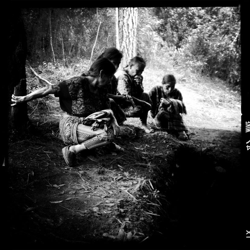 Mujeres maya ixil observan la exhumación de una fosa clandestina dentro del antiguo destacamento militar de San Juan Cotzal.