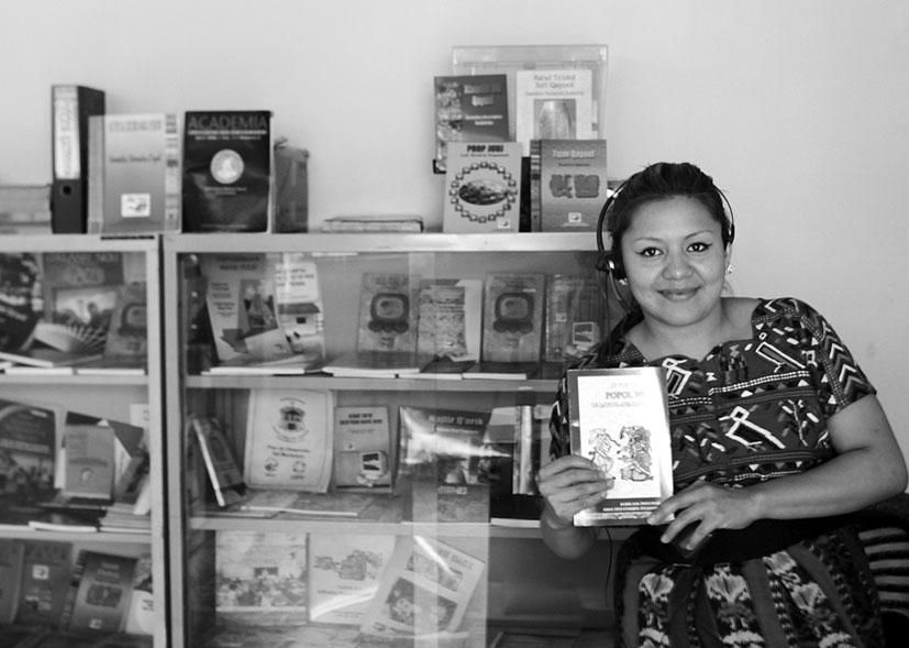 UNO DE LOS OBJETIVOS DE LA ACADEMIA DE LENGUAS MAYAS ES EDITAR MATERIAL SOBRE LA CULTURA E IDIOMA DE LOS PUEBLOS ORIGINARIOS. FOTOGRAFÍA: CAROLINA GAMAZO.