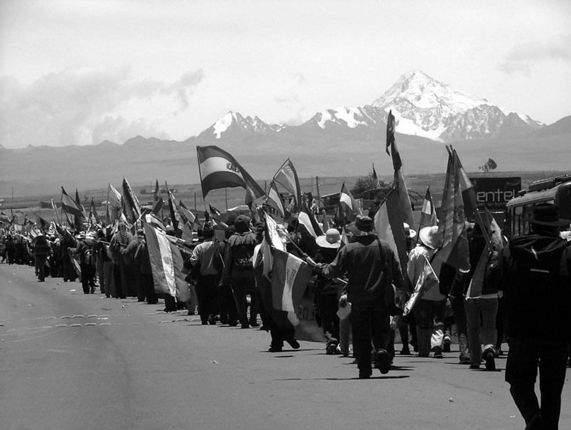 Organizaciones sociales marchan hacia La Paz desde El Alto (2008). Fotografía: Gloria Beretervide.