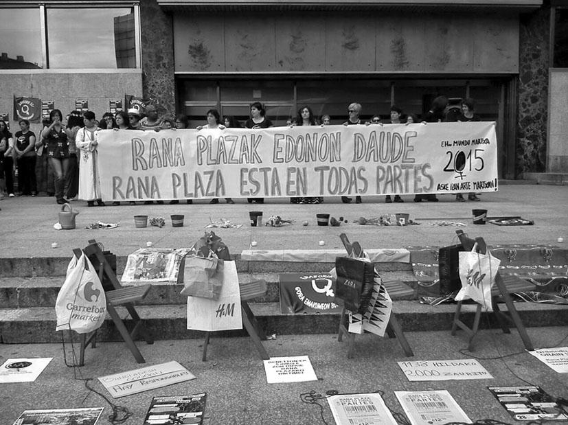 Acto de sensibilización en Bilbao en el tercer aniversario del Rana Plaza (2015). FOTOGRAFÍA: SETEM y Campaña Ropa Limpia.