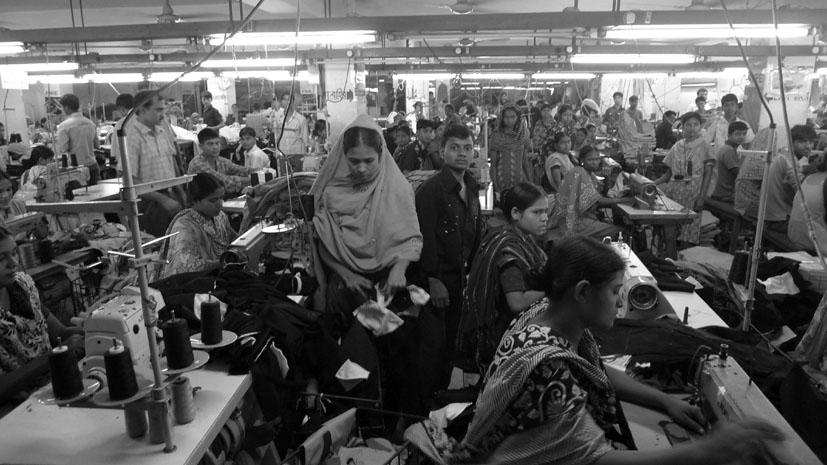"""Personal trabajando en la fábrica Garment Worker de Bangladesh. Fotografía: Michaela Königshofer para la """"Campaña Ropa Limpia Internacional""""."""