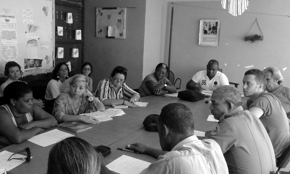 Activistas del Consejo Popular del barrio de Colón debaten e intercambian conocimientos con investigadores e investigadoras del grupo GALFISA. Fotografía de Davide Angelilli