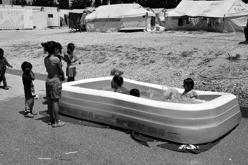 Unos 2.400 niños y niñas viven en el campamento Diavata que, aunque nació con carácter temporal, ha abierto una escuela a mediados de septiembre.