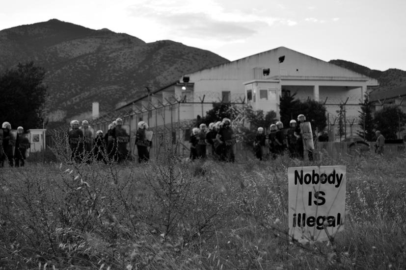 La manifestación reivindica que 'Nadie es ilegal' frente a la policía que impide la visita a Xanthi, centro de detención a 150 kilómetros de Turquía.