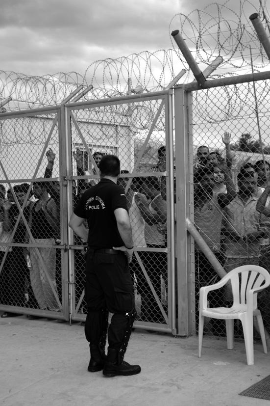 Unos 300 hombres están encerrados en el centro de detención de Paranesti, ubicado a 20 kilómetros de la frontera búlgara. La mayoría son de Bangladesh y Pakistán, pero también hay migrantes de Marruecos y Argelia.