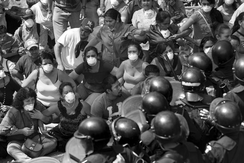 Antimotines al servicio de las industrias extractivas. Protegiendo la maquinaria y no la Vida. La Puya (Guatemala), 23 de mayo de 2014. Fotografía: Ricard Busquets.