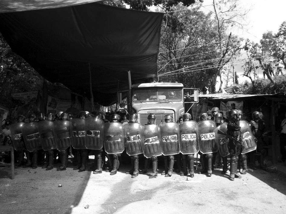 Violento desalojo de la resistencia pacífica anti-minera de La Puya (Guatemala). Fotografía: James Rodríguez.