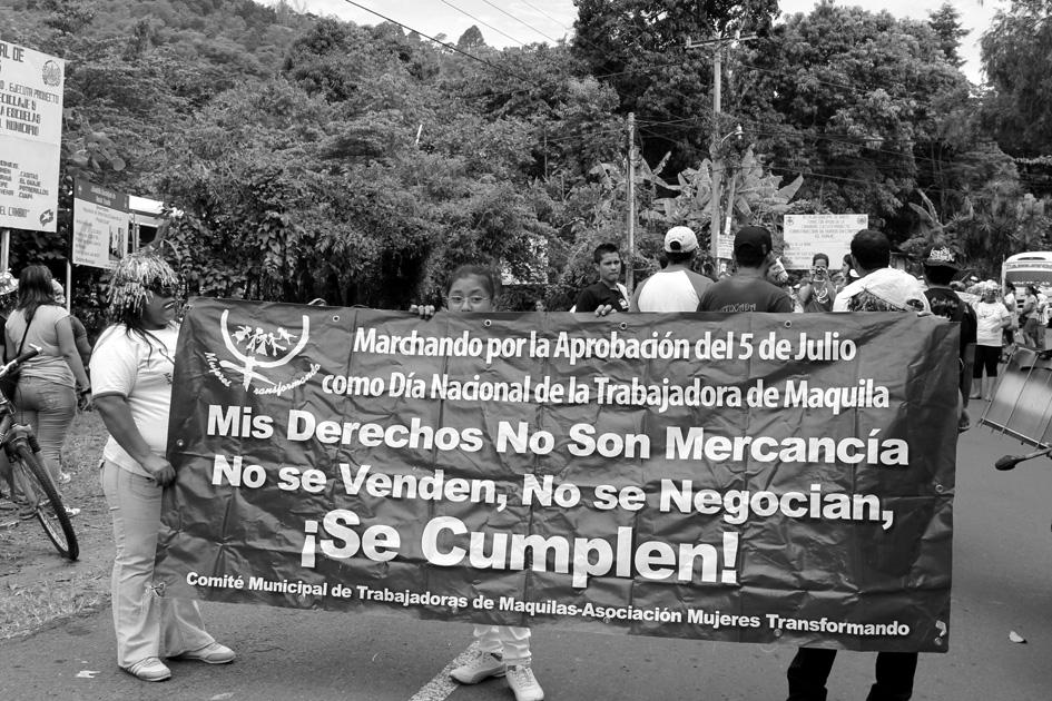 Marcha de las trabajadoras de la maquila textil. Santo Tomás, El Salvador. Fotografía de Mª Cruz Tornay.