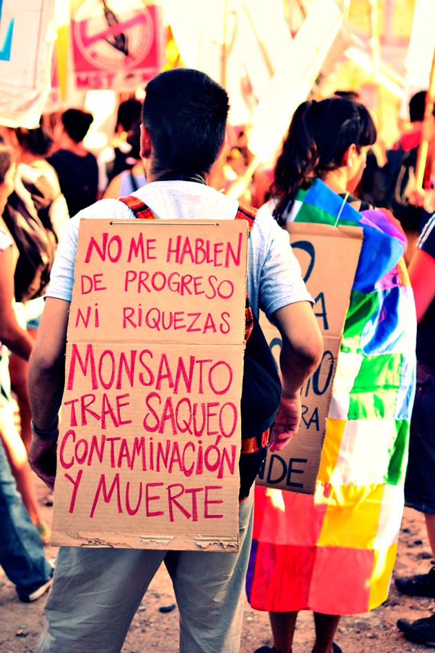 En numerosas ciudades y pueblos afectados por agrotóxicos, los ciudadanos se organizan en asambleas denominadas Paren de Fumigarnos. Fotografía: Ecos Córdoba.